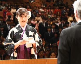 卒業生を代表し答辞を述べる亀井梨津さん(左)