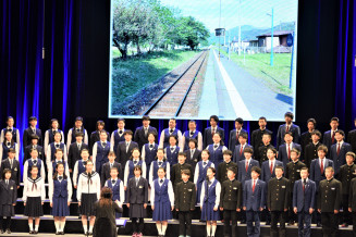 息の合った歌声を披露した不来方高、釜石高、越喜来中の3校の生徒