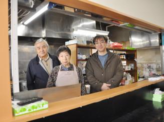 「キッチンあべ」を新装開店する中村順悦さん(右)。(左から)阿部六郎さん、順子さん夫妻が半世紀続けたのれんと味を引き継ぐ