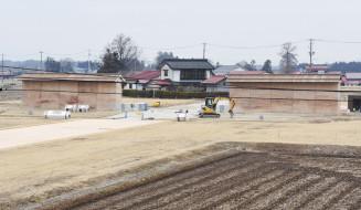 歴史公園としての活用に向け、築地塀などの復元工事が進む胆沢城跡