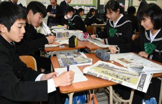 岩手日報社の東日本大震災8年特別号外を読み、西日本豪雨で被災した古里の復興について考える真備中の2年生