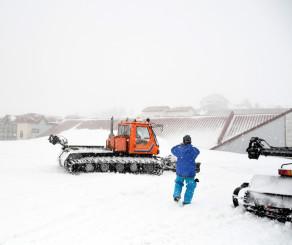 雪に覆われた須川高原温泉の建物。目の前には2階の屋根だけが見えた