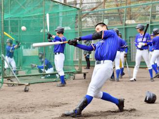 打球の感覚を確かめるように打撃練習に励む盛岡大付の選手たち=兵庫県西宮市