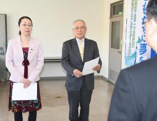 出前授業に向けて抱負を述べる佐藤清忠さんと藤崎聡美さん