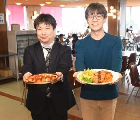 「ナポリかつ」の味を再現した弁当をPRする伊東洋希副課長(左)。小友康広社長が手にしているのが、マルカンビル大食堂の「ナポリかつ」