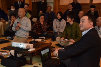 地域の価値を高める宿や地域づくりについて意見を交わす中村功芳さん(手前左)と高鷹政明社長(同右)