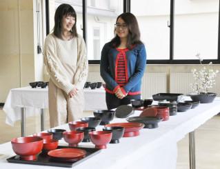 作品を前に、各過程で学んだ日々を振り返る高橋沙紀さん(右)と佐藤みのりさん
