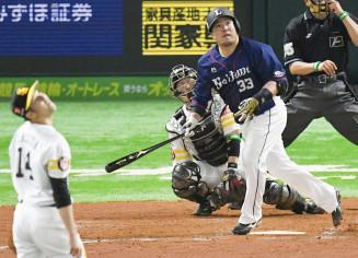 8回西武無死、山川穂高が左中間に同点の満塁本塁打を放つ。投手加治屋、捕手甲斐