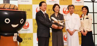 PRキャンペーンの盛り上げへ手を携える(左から)達増知事と大川順子副会長