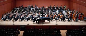 力強い演奏を披露する東北ユースオーケストラのメンバー。観客を魅了した=30日、盛岡市・市民文化ホール