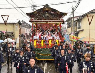 雪が降る中、太鼓の音を響かせ鋳物屋台が練り歩いた羽田町火防祭=31日、奥州市水沢羽田町
