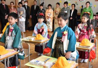 羽織はかまや振り袖姿で教室に入り、新生活をスタートさせた綾里小の1年生