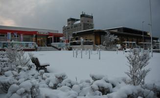 重く湿った雪に覆われた久慈駅前=1日午前5時25分