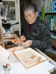 新元号の発表後、注文が相次いだゴム印を作る鈴江慶策代表=1日、盛岡市肴町