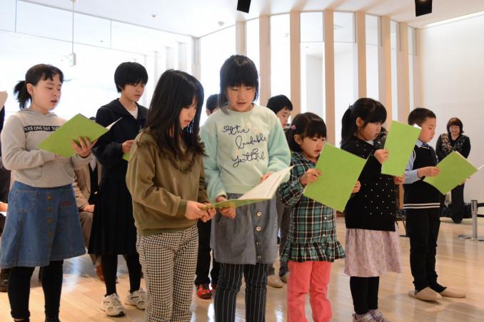 高村光太郎の詩を思いを込めて朗読する児童生徒