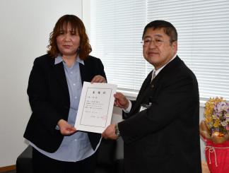 山本正徳市長から委嘱状を受け取る山本千香さん(左)