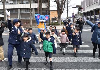 小学校入学を前に、横断歩道の渡り方を学ぶ子どもたち