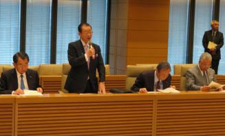 今後の活動方針を説明する河村建夫会長(左から2人目)