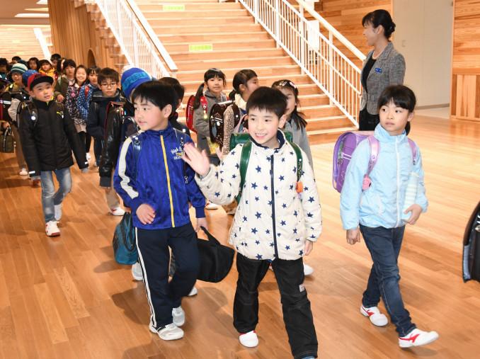 真新しい廊下を笑顔で歩く児童=4日、滝沢市室小路・滝沢中央小