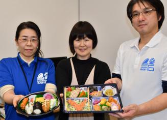 釜石まちづくりと創作農家レストランこすもすが共同開発した「釜石ラグビー弁当」(右)と「釜石ラグビーボール弁当」