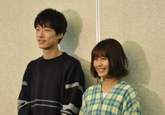 「ドラマに出てくる若者たちの人生の選択を見守ってほしい」と呼び掛ける有村架純さん(右)と坂口健太郎さん