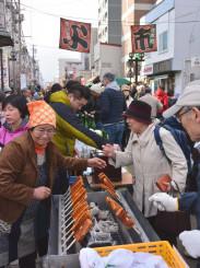 買い物客でにぎわう「よ市」。野田村の郷土料理の豆腐田楽などが人気を集めた=6日、盛岡市材木町