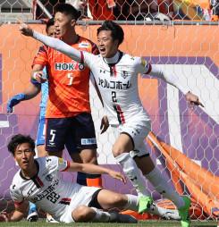 岩手-長野 前半33分、2点目のゴールを決めて喜ぶ岩手のDF木下高彰(2)=長野市・長野Uスタジアム