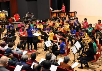 高田高音楽部と合同で「花は咲く」を演奏する宇都宮中央女子高吹奏楽部