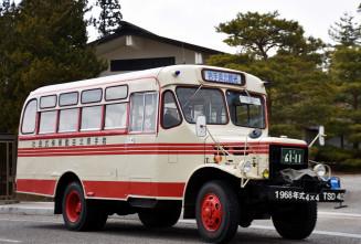 平泉町の毛越寺付近を走るボンネットバス。一関地区の魅力を発信する