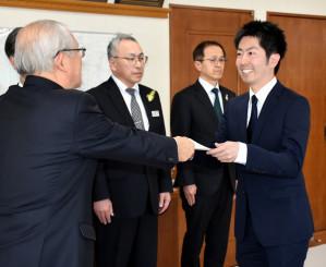 戸田公明市長から地域おこし協力隊の委嘱状を受ける沢井直之さん(右)