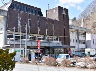 老朽化が進む葛巻町の役場庁舎