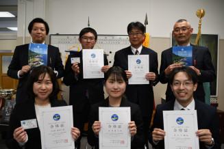 宮古もてなし観光・文化検定の「一つ星」に合格した宮古商高教職員の7人