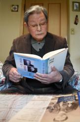 著書「北里柴三郎と後藤新平」を手にする野村節三さん。色あせない北里精神を説く