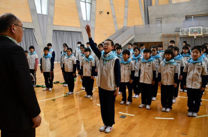 高田和徳館長(左)に誓いの言葉を述べる地蔵堂伊織団長(中央)