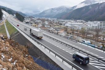 全線開通から1カ月が経過した釜石道。大型トラックが頻繁に行き交う