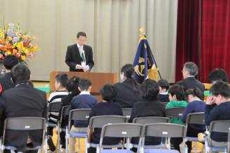 佐藤信校長のあいさつを聞く児童生徒。21年ぶりの新設校での生活をスタートさせた