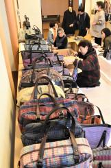 裂き織りで手作りしたバッグなどが並ぶ展示販売会場