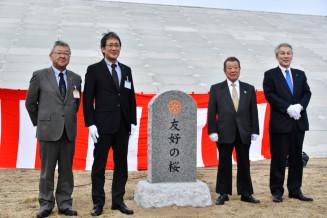 記念石碑を除幕した(右から)山口正樹会長、安藤公裕会長、佐藤広昭副市長、伊藤晃二教育長
