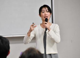 防災食について講演する今泉マユ子さん
