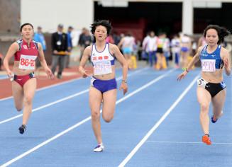 1部女子100メートル 大会記録を0秒09更新する12秒39をマークし、初優勝した佐々木慧(中央、花巻東高)=一関市・一関運動公園陸上競技場