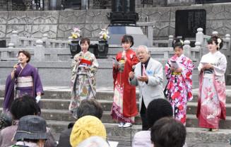 「希望のさくら」を熱唱する北杜幸一さん(右から3人目)と一心会のメンバー