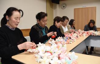 「ねがい桜」設置へ仕上げ作業を進める陸前高田商工会女性部の部員たち