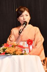道路開通を記念した講演で創作の背景などを語る柚月裕子さん
