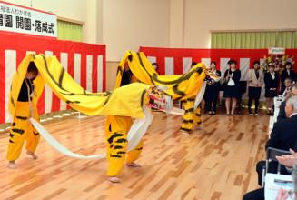 虎舞を披露し開園を祝う関係者