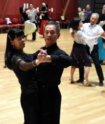 男女でペアを組み、社交ダンスを楽しむ参加者