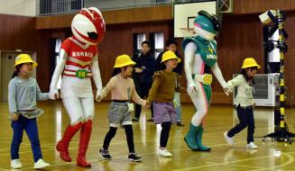 JR盛岡支社の社員と手をつないで踏切の渡り方を学ぶ児童