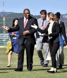 釜石鵜住居復興スタジアムを視察するモーヴェン・マスソ・ルスウェニョ駐日全権大使(左から2人目)
