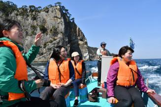 断崖が連なる海岸美を楽しむサッパ船体験会の参加者=17日、田野畑村
