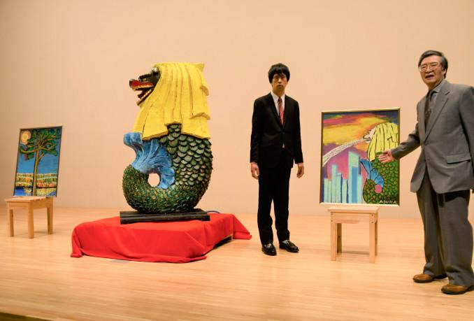絵画2点(両端)を寄贈した田崎飛鳥さん(左)と父実さん