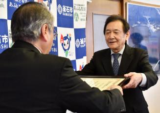 野田武則市長から感謝状を受け取る平田診療所の八島良幸元所長